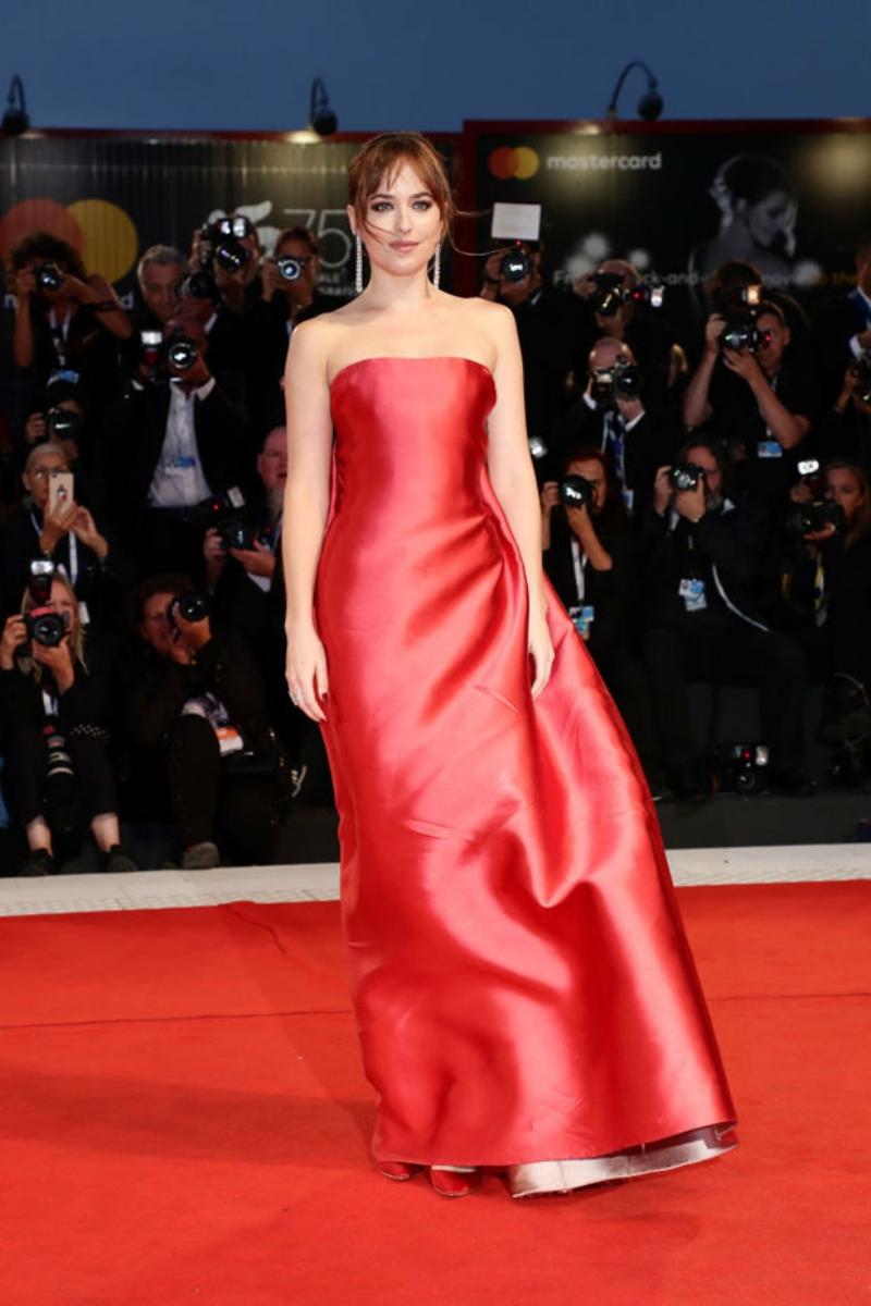 """Dakota Johnson xuất hiện trên thảm đỏ đêm công chiếu phim """"Suspiria"""" tại LHP Venice lần thứ 75."""