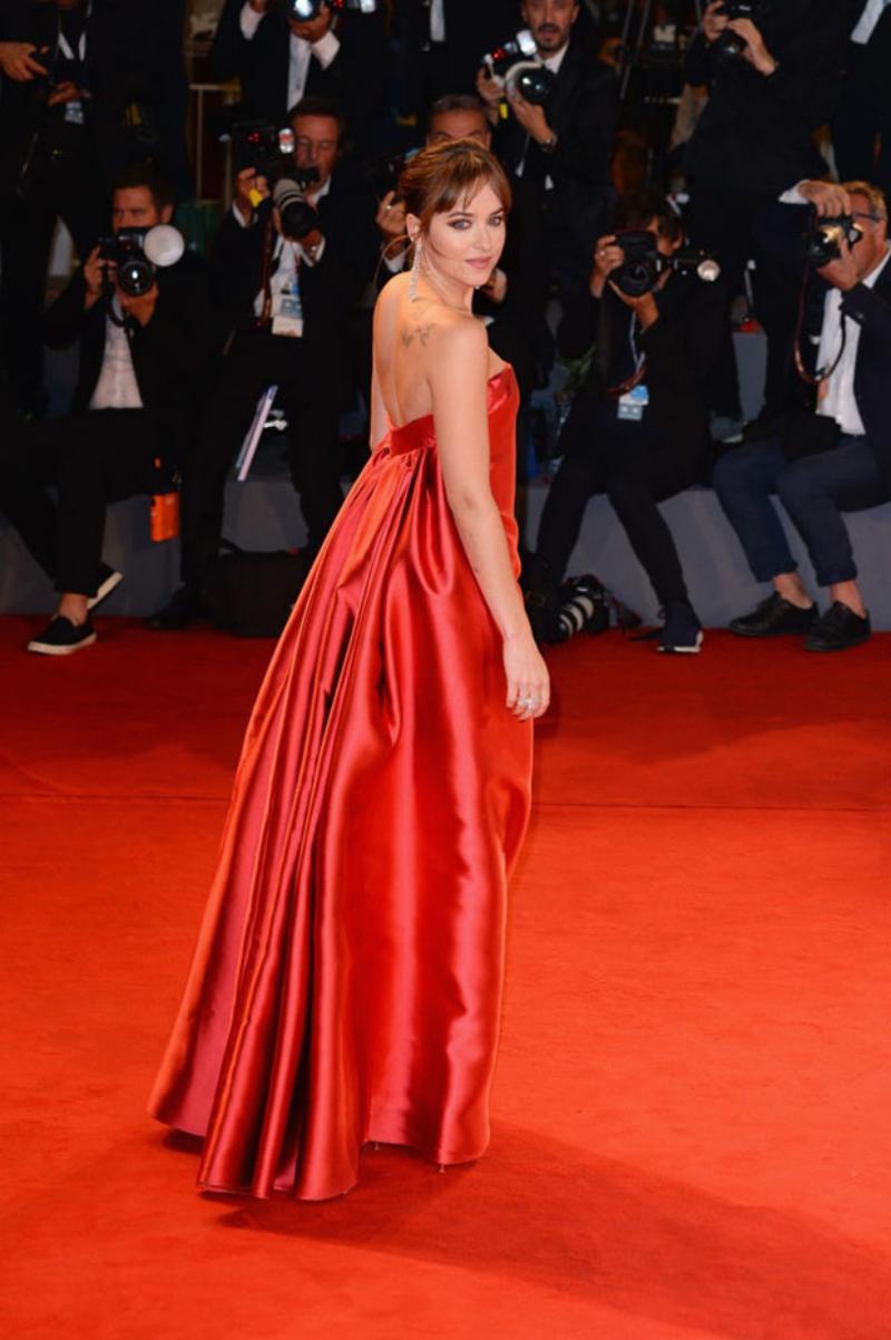 Thiết kế đầm quây màu đỏ của Dior làm nổi bật vẻ đẹp gợi cảm quyến rũ của Dakota Johnson.