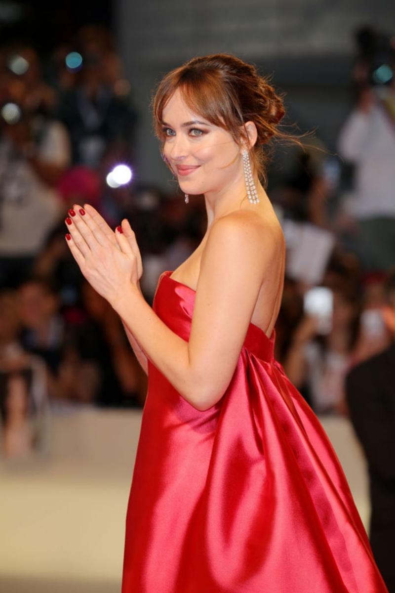Dakota Johnson ghi điểm tuyệt đối với lựa chọn trang phục Dior cho lần xuất hiện này.