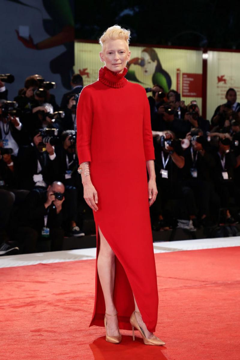 """Nữ diễn viên Tilda Swinton - bạn diễn của Dakota Johnson trong phim """"Suspiria"""" - cũng lựa chọn đầm màu đỏ cho lần xuất hiện vừa qua."""
