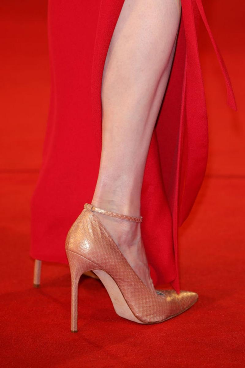 Cô kết hợp cùng giày cao gót da trăn màu hồng đào nhạt cùng thiết kế đầm đỏ rực.