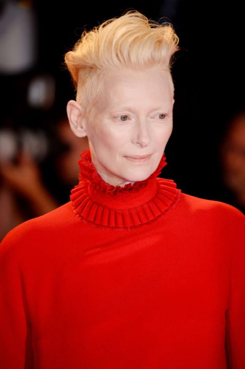 Thiết kế của NTK Haider Ackermann làm nổi bật vẻ đẹp đậm dấu ấn hoàng tộc của nữ diễn viên Tilda Swinton.