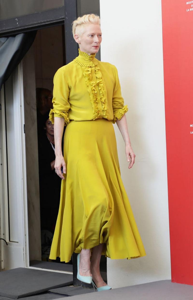 Tại buổi họp báo này, nữ diễn viên Tilda Swinton cũng lựa chọn đầm của Haider Ackermann.