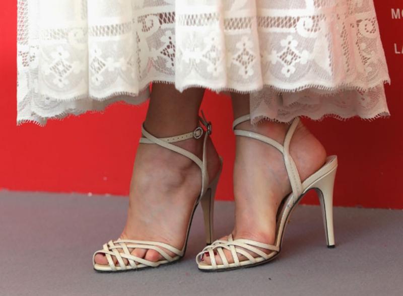 Cô mang sandals cao gót màu trắng ngà của Gucci.
