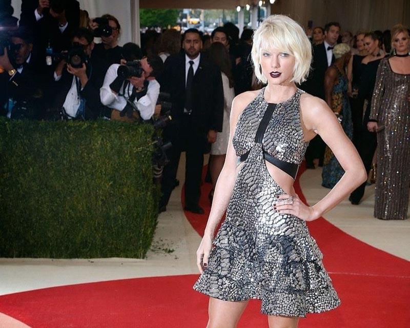"""Tháng 5/2016 là khoảng thời gian cả hai đã cùng xuất hiện trước công chúng tại buổi lễ Met Gala mặc dù mọi thứ dường như còn mờ nhạt. Nhưng như thường lệ, nếu muốn biết thêm về chuyện tình của Taylor Swift chúng ta có thể kiếm được thêm thông tin thông qua những bài hát của cô. Cụ thể qua lời bài hát """"Dress"""" gần đây đã đề cập đến việc thời điểm nàng và chàng gặp nhau lần đầu: """"Flashback to when you met me/ Your buzz cut/ And my hair bleached"""" (Hồi tưởng lại khi anh gặp em / Kiểu tóc buzz cut của anh / Và tóc em thì tẩy trắng) đã cung cấp cho người hâm mộ một manh mối thú vị về cuộc tình mập mờ này."""
