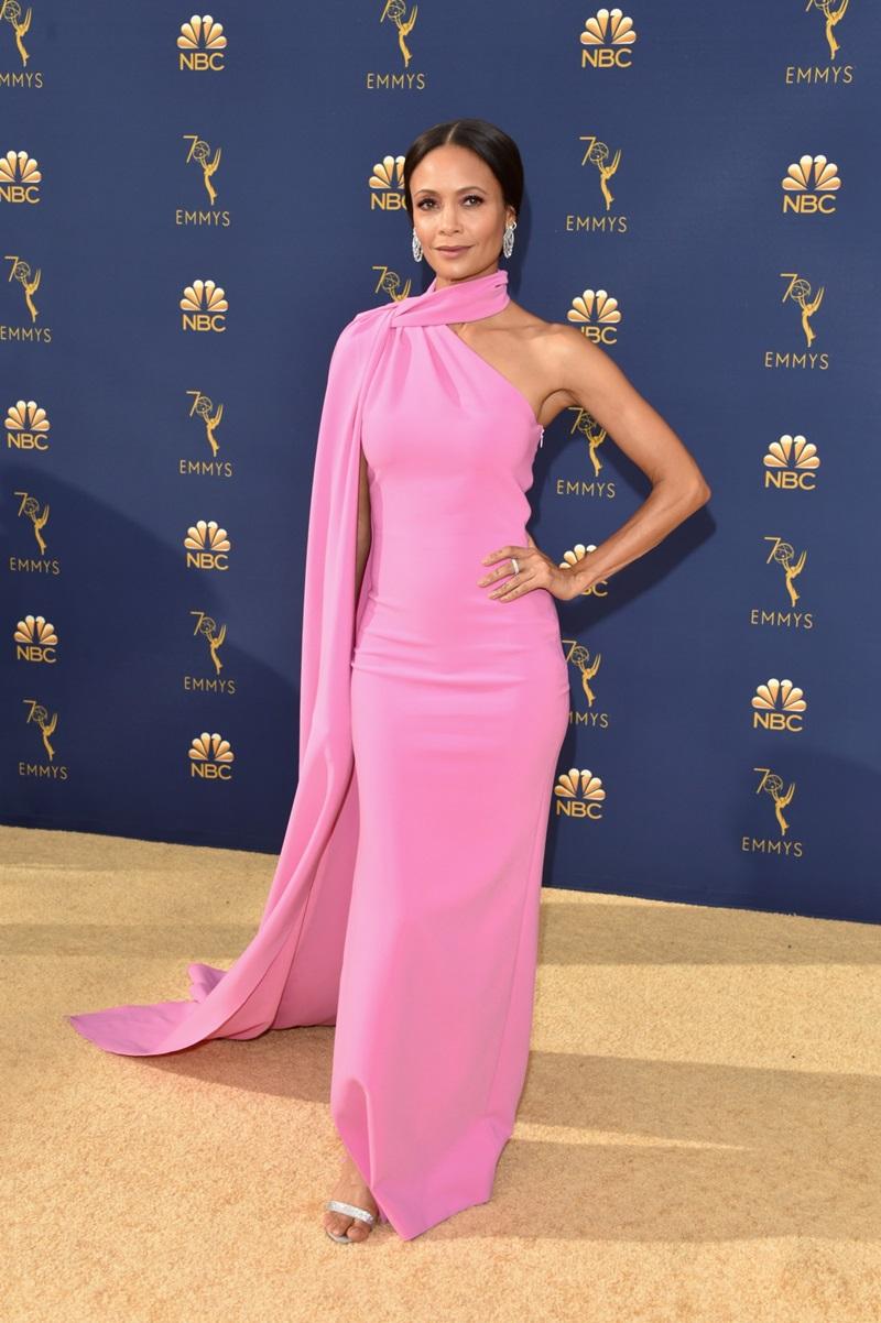 Ở tuổi 45, đường cong chữ S của ngôi sao Thandie Newton vẫn được nhiều người ngưỡng mộ, đặc biệt được tôn lên khi xuất hiện cùng thiết kế ôm dáng tông màu hồng ngọt ngào đến từ nhà mốt Brandon Maxwell.