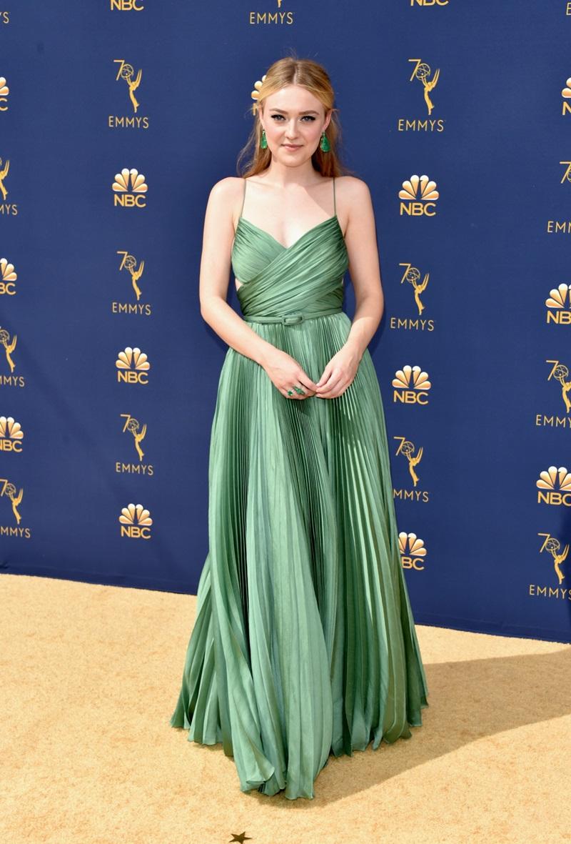 """Cùng """"hội chị em"""" thích Dior, Dakota Fanning cũng diện một mẫu váy Haute Couture màu xanh ngọc thạch sang trọng trên thảm đỏ."""