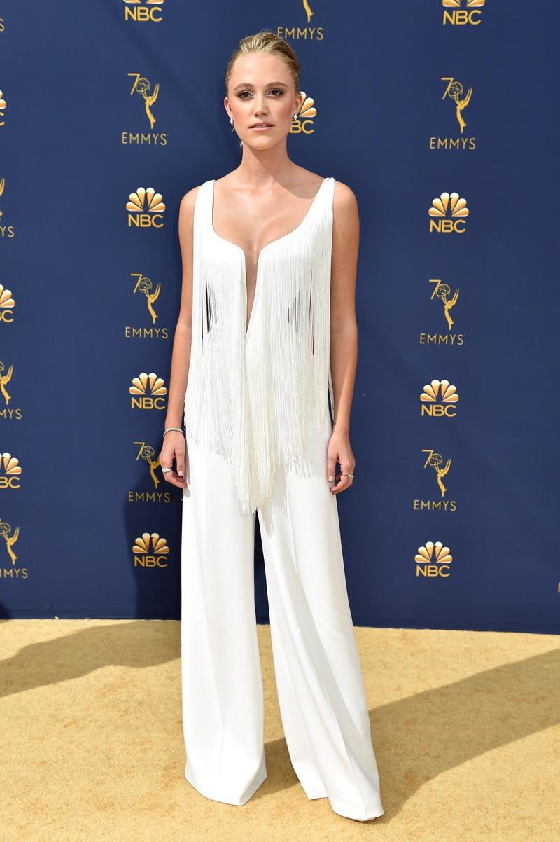 Maika Monroe quyến rũ với jumpsuit tua rua màu trắng của Stella McCartney.