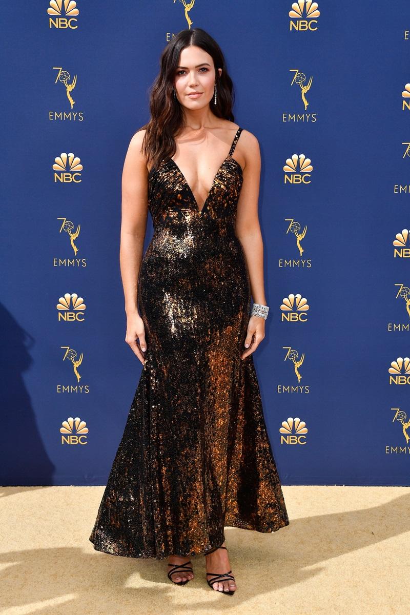 Hay mẫu váy hai dây của Rodarte được Mandy Moore diện. Thiết kế có chất liệu ánh kim và đường xẻ ngực vô cùng hút mắt.