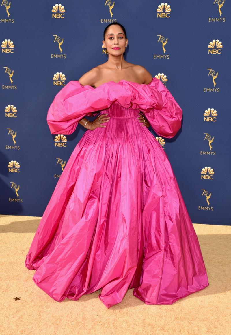 Tracee Ellis Ross lộng lẫy như bà hoàng cùng mẫu đầm cúp ngực, tay phồng màu hồng neon của Valentino.