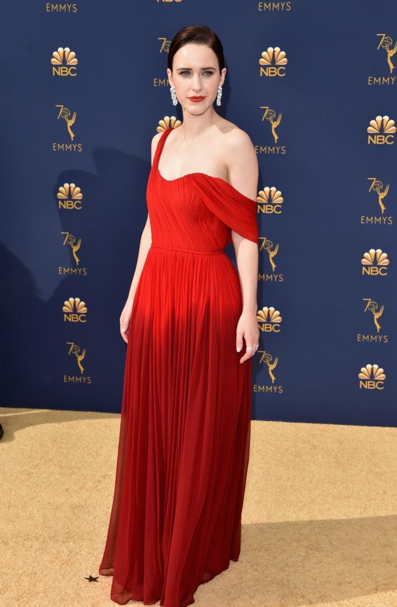 Cũng diện một thiết kế của Oscar de la Renta, diễn viên Rachel Brosnahan lại chọn tông màu đỏ nổi bật với thiết kế lệch vai nữ tính.
