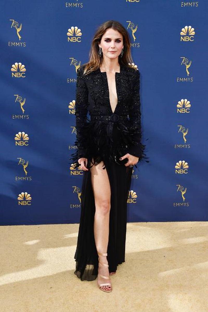 Chỉ với tông màu đen nhưng thiết kế mà Keri Russell mặc cũng thu hút mọi ánh nhìn. Nữ diễn viên U50 khéo léo khoe dáng với thiết kế xẻ ngực sâu đến tận eo cùng đường xẻ tà cao tôn dáng.