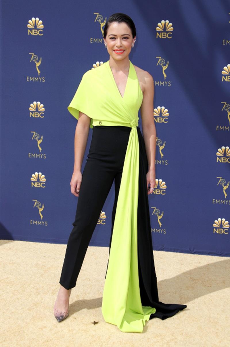 Không giống những ngôi sao khác, Tatiana Maslany chọn cho mình phong cách đầy cá tính với kiểu quần cạo cao và áo sát tay màu vàng neon có thiết kế bất đối xứng vô cùng ấn tượng của nhà mốt Christian Siriano.