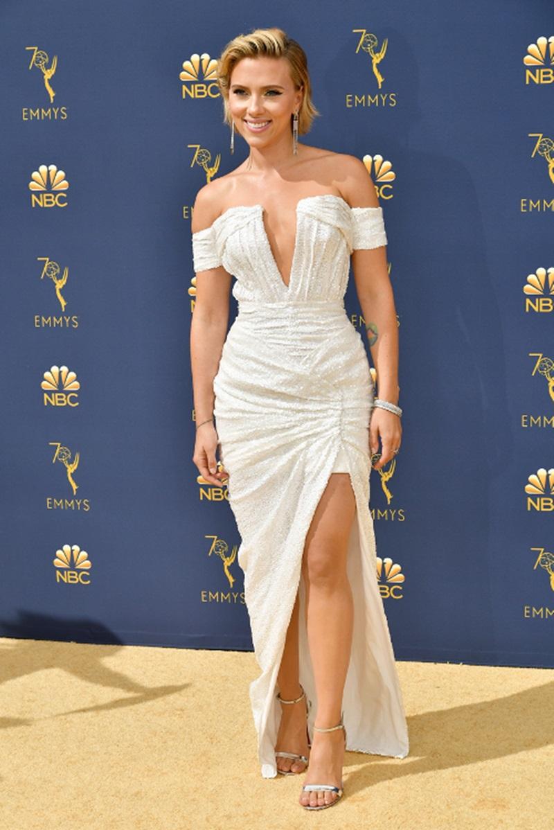 Đường đua gợi cảm trên thảm đỏ Lễ trao giải Emmy năm nay còn có sự tham gia của Scarlett Johansson, với bộ váy trắng của Balmain có đường xẻ tà cao và kiểu dáng trễ vai, khoét ngực sâu vô cùng táo bạo.