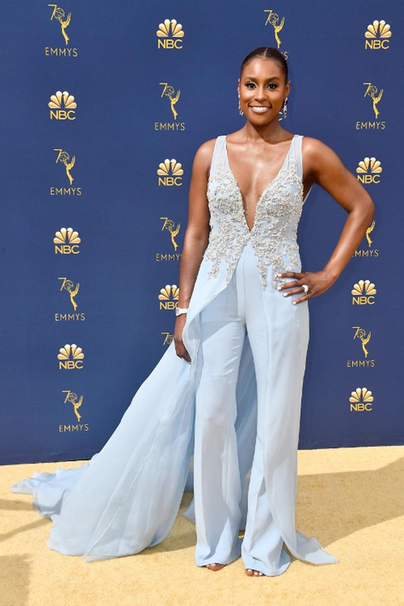 Nữ diễn viên Issa Rae chọn jumpsuit tông màu xanh pastel của NTK Vera Wang, được nhấn nhá bởi phần cườm đính xung quanh đường xẻ ngực giúp tôn lên những đường cong quyến rũ.