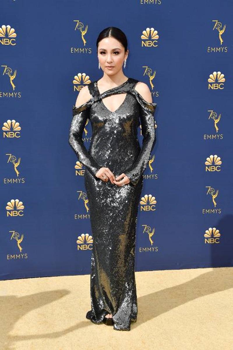 """Nữ chính của """"Siêu giàu châu Á"""" xuất hiện trong bộ váy sequin màu đen của NTK Jason Wu. Thiết kế gây chú ý bởi khả năng bắt sáng và những đường cắt xẻ cầu kì ở cổ khéo léo khoe những khoảng hở tinh tế. Nữ diễn viên còn kết hợp thêm đôi hoa tai pha lê sang trọng của Harry Winston."""