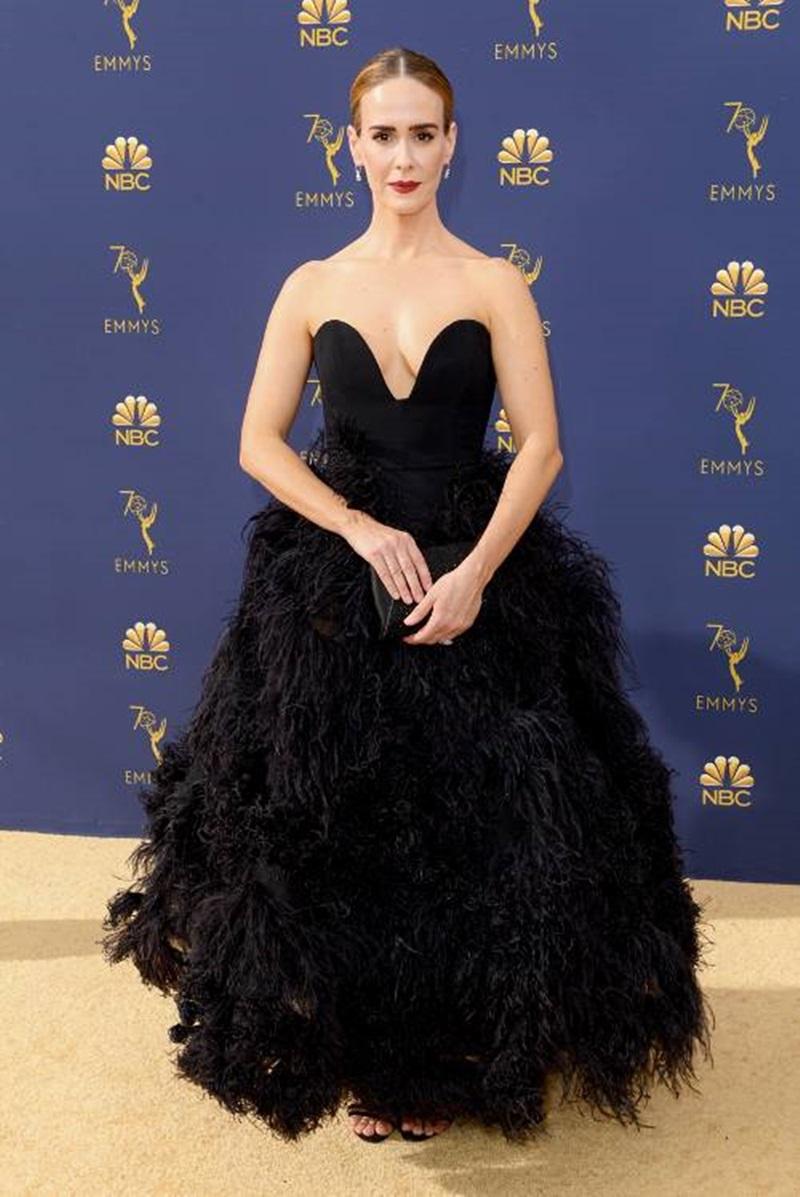 Với phong cách quý phái trên thảm đó Emmy 2018, Sarah Paulson cũng không kém phần gợi cảm khi diện bộ váy cúp ngực, phối lông của Oscar de la Renta.