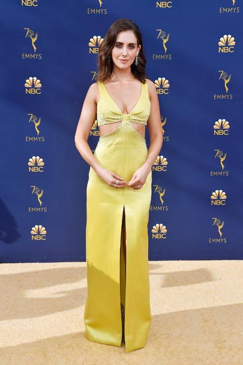 Nói đến nét quyến rũ chắc chắn khó lòng bỏ qua thiết kế đến từ nhà mốt Miu Miu mà nữ diễn viên Alison Brie mặc. Không có tông màu vàng nổi bật, bộ váy còn gây chú ý bởi khoảng hở ở eo và ngực.