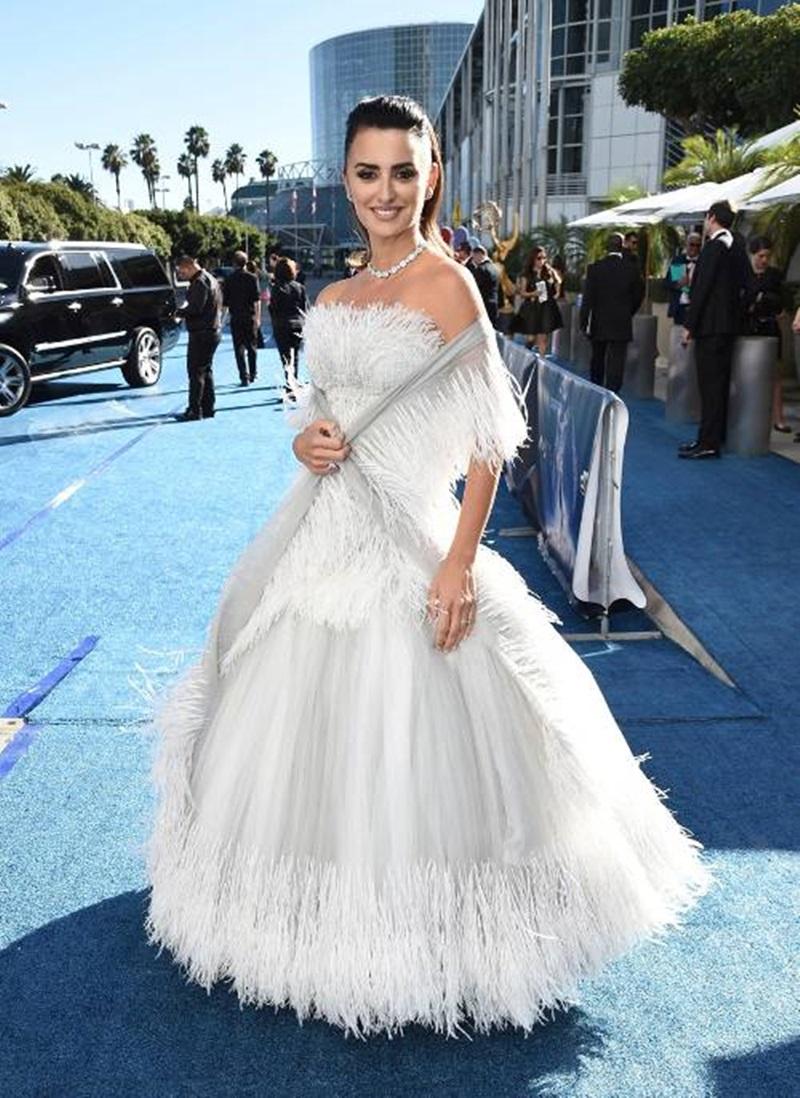 Bộ váy lông tựa một nàng công chúa bước ra từ truyện cổ tích của Penélope Cruz cũng gây nhiều sự chú ý. Được biết đây là thiết kế được nhà mốt Chanel may đo cho riêng cô và được phối cùng loạt trang sức pha lê của Penélope Cruz.