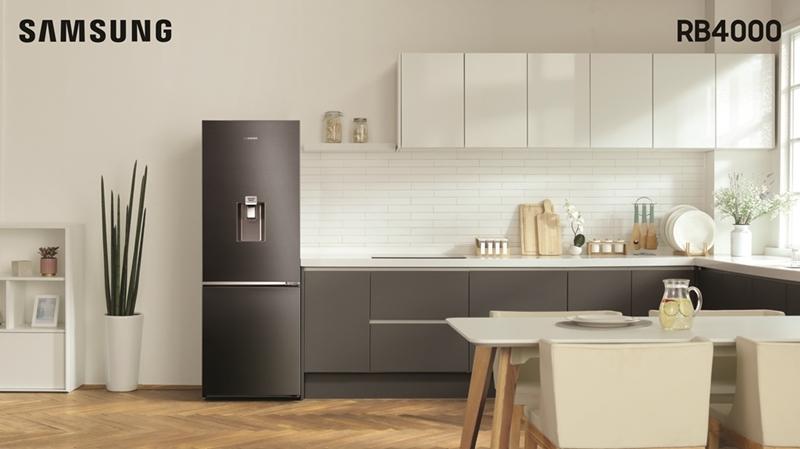 Không chỉ sở hữu công năng mạnh mẽ, tủ lạnh Samsung Ngăn đá đưới còn nổi bật bởi phong cách thiết kế đương đại, với hai màu xám Titan và bạc sang trọng, càng làm tăng thêm nét thẩm mỹ tinh tế cho các thiết bị nội thất nhà bếp