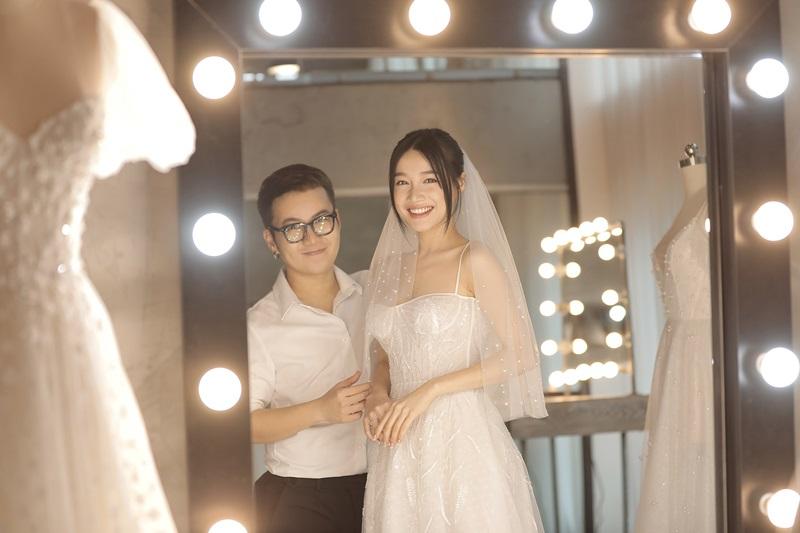 Bộ váy cưới hai dây với đường cúp nửa ngực vô cùng quyến rũ.