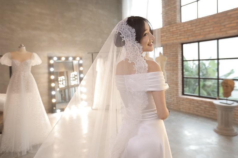 Bộ váy dùng chất liệu lụa satin và ren cao cấp.