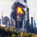 Cháy lớn tại nhà máy lọc dầu ở Canada, khói đen bốc cao ngùn ngụt