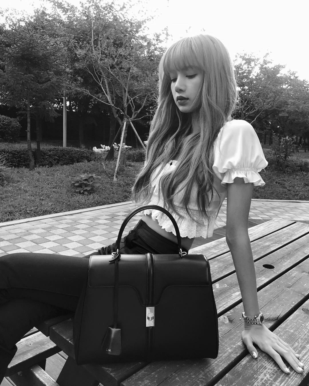 Cô nàng Lisa của nhóm BLACKPINK cũng là một trong những người đầu tiên được lựa chọn sở hữu túi xách 16 của Celine.