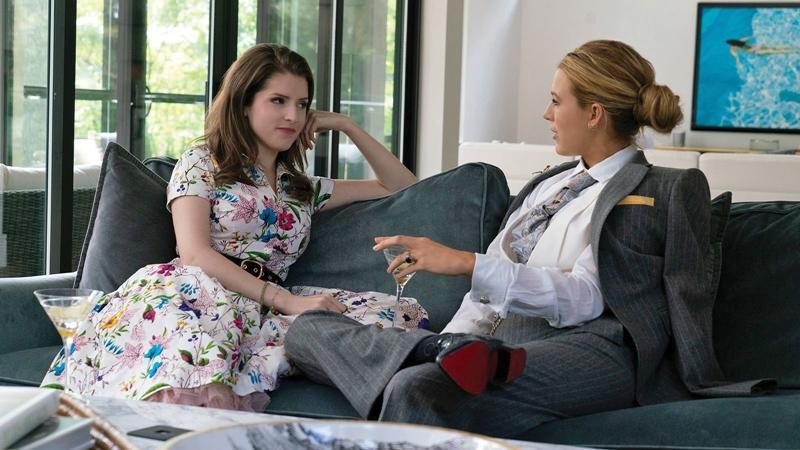 Sự đối lập của 2 nhân vật thể hiện qua phong cách ăn mặc của bà mẹ trẻ Stephanie (Anna Kendrick) với những bộ váy áo thông thường và bà mẹ ưa phong cách menswear với những bộ suit - Emily (Blake Lively).