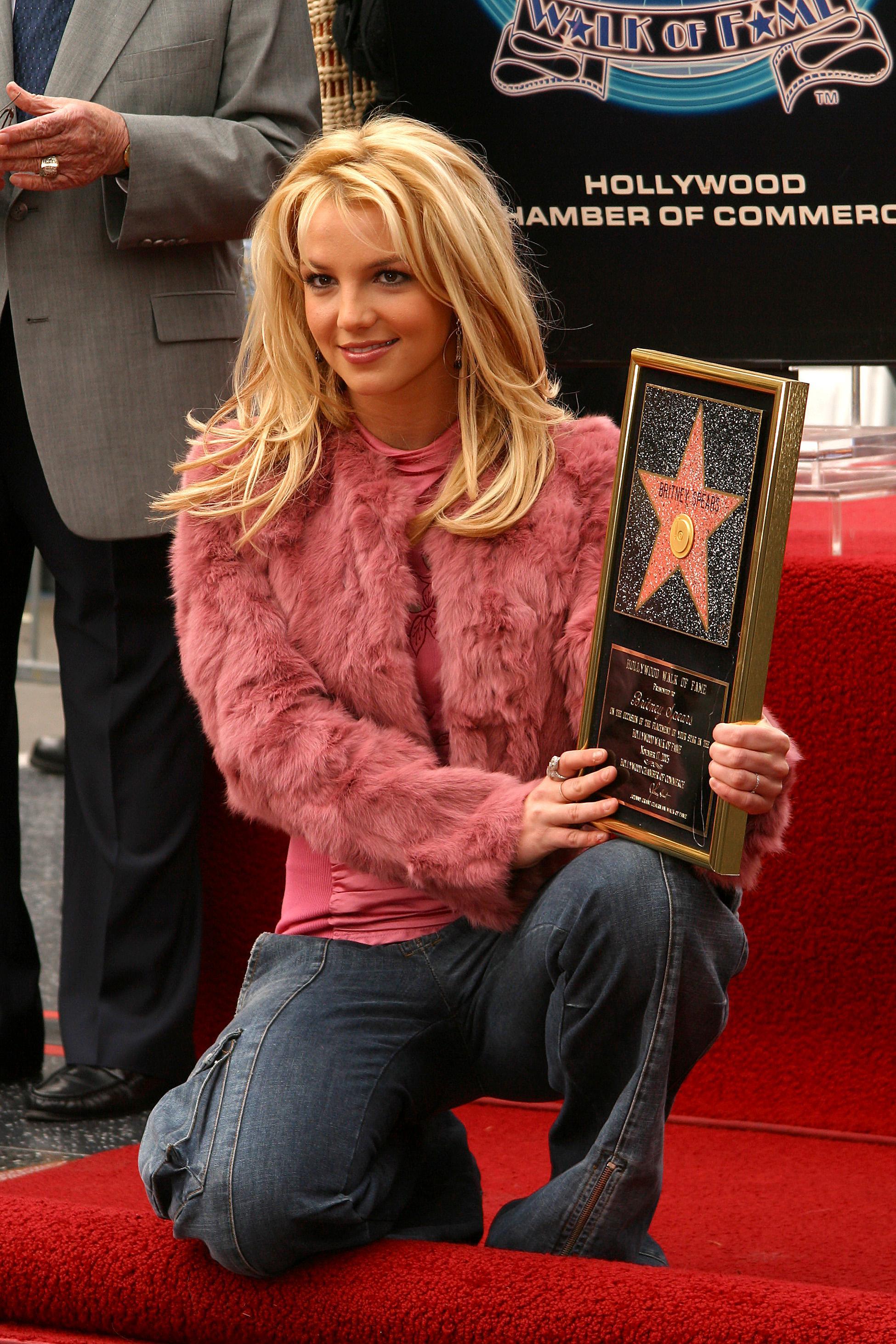 """Với những cống hiến không tưởng của một nghệ sĩ trẻ tuổi, Britney Spears được ghi nhận là biểu tượng văn hóa nổi bật, người vực dậy dòng nhạc teen pop vào cuối thập niên 1990. Giọng ca """"Toxic"""" liên tục được vinh danh bằng nhiều giải thưởng như giải Grammy, 6 giải thưởng Video âm nhạc của MTV, 10 giải thưởng âm nhạc Billboard, bao gồm giải thưởng Billboard Thiên niên kỷ, một ngôi sao trên Đại lộ danh vọng Hollywood… Bức hình ghi lại màn trình diễn táo bạo của cô tại Lễ trao giải Video âm nhạc của MTV cũng được bình chọn là một trong những khoảnh khắc đáng nhớ của lễ trao giải MTV."""