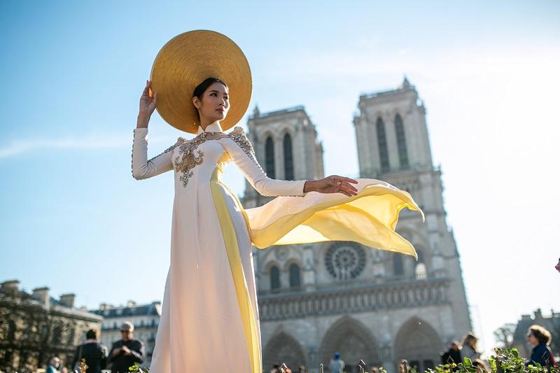 Tuy mang phong cách cổ điển châu Âu nhưng NTK Linh San vẫn không quên kết hợp nét văn hoá của người Việt Nam khi cho ra mắt hình ảnh tà áo dài thướt tha trên khung cảnh Nhà thờ Đức Bà.