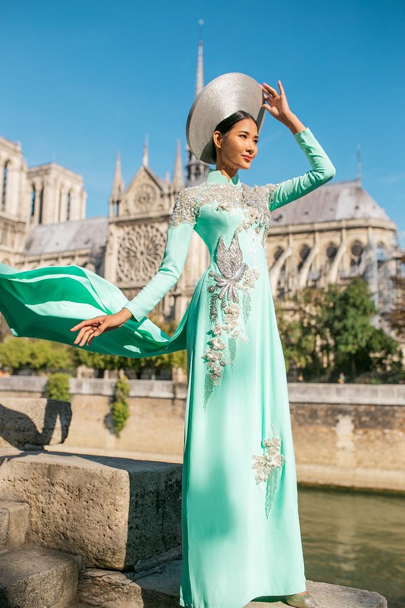 Chiếc áo dài vàng hoàng gia quyền lực và chiếc áo dài xanh ngọc có hình ảnh những chú chim bồ câu bay lượn mang theo ý nghĩa hoà bình. Dù ở bất cứ đâu NTK Linh San luôn muốn nét đẹp văn hoá Việt Nam phải luôn hiện hữu và đi xa hơn nữa.