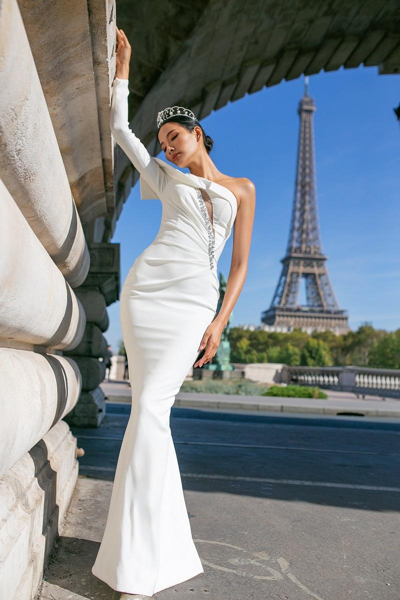 Sự cộng hưởng từ vẻ uy nghi của các công trình càng giúp nâng tầm bộ trang phục, tạo nên nét sang trọng, quý phái.