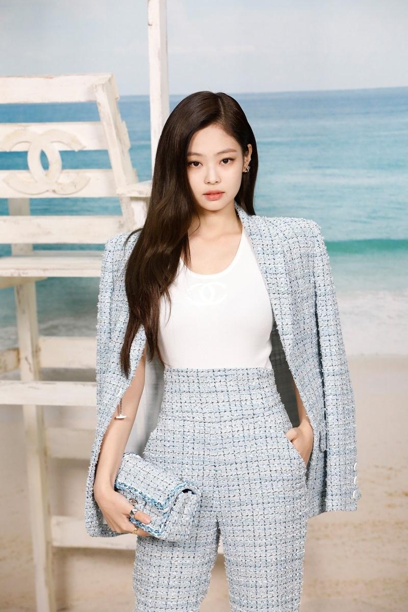 """Và cuối cùng chính là """"nàng thơ"""" Hàn Quốc quen thuộc - Jennie (BLACKPINK) trong bộ cánh menswear chất liệu tweed màu pastel, tại show diễn kết thúc chuỗi tuần lễ thời trang quốc tế của nhà mốt Chanel."""