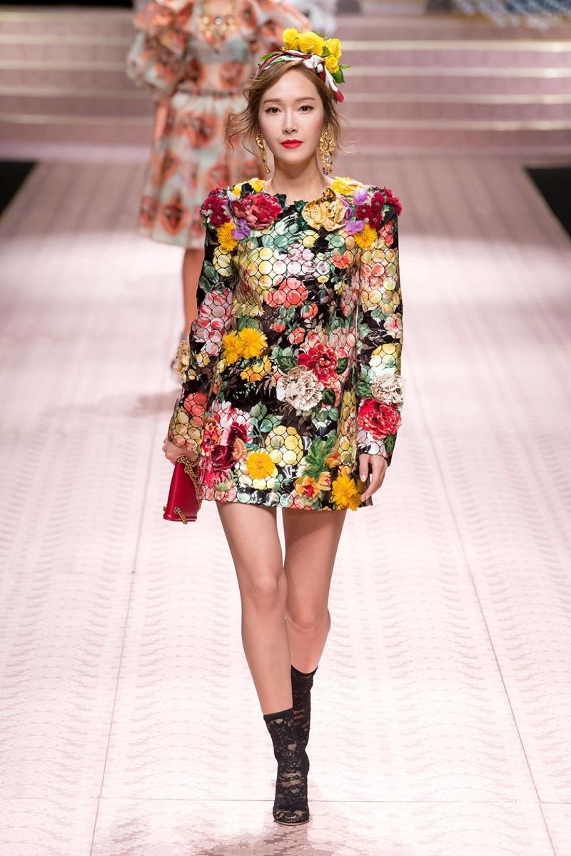 """Jessica Jung cũng rời hàng ghế front-row và """"nhập cuộc"""" với những bước catwalk đầu tiên tại sàn diễn Tuần lễ Thời trang Milan."""