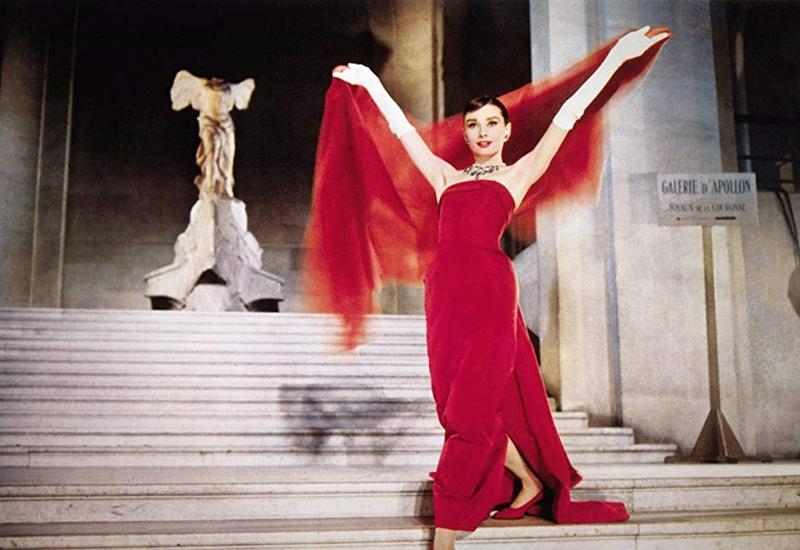 """Chiếc đầm đen của Kaity Nguyễn được thiết kế lai tạo giữa hai bộ trang phục kinh điển mà Audrey đã mặc trong """"Breakfast at Tiffany's"""" (1961) và """"Funny Face"""" (1957), kết hợp chuỗi hạt ngọc trai tạo nên vẻ sang trọng trang phục."""