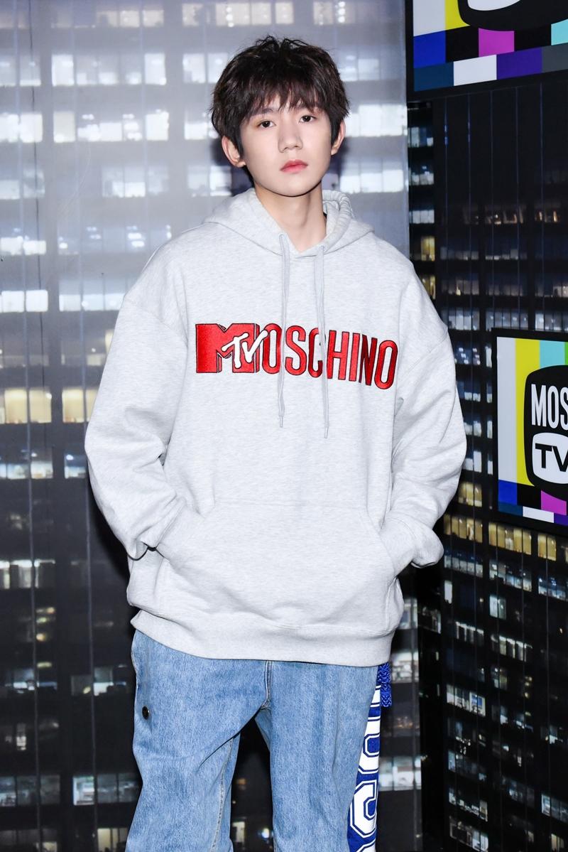 Vương Nguyên (TFBoys) góp mặt tại sự kiện với bộ trang phục street style gồm áo hoodie và quần jeans ống thụng nằm trong BST mới.