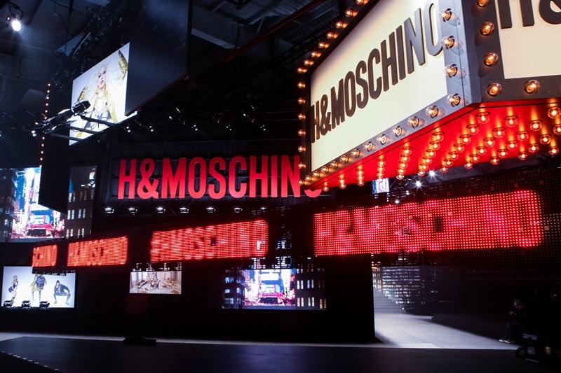 Các khách mời đều được đeo thiết bị H&MOSCHINO đến từ nhãn hiệu Magic Leap One và đắm chìm vào một TV khổng lồ để trải nghiệm bộ sưu tập kết hợp này theo một cách hoàn toàn mới.