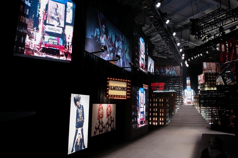 Sàn diễn thời trang bằng bảng quảng cáo được chiếu sáng như Quảng trường Thời đại tại New York