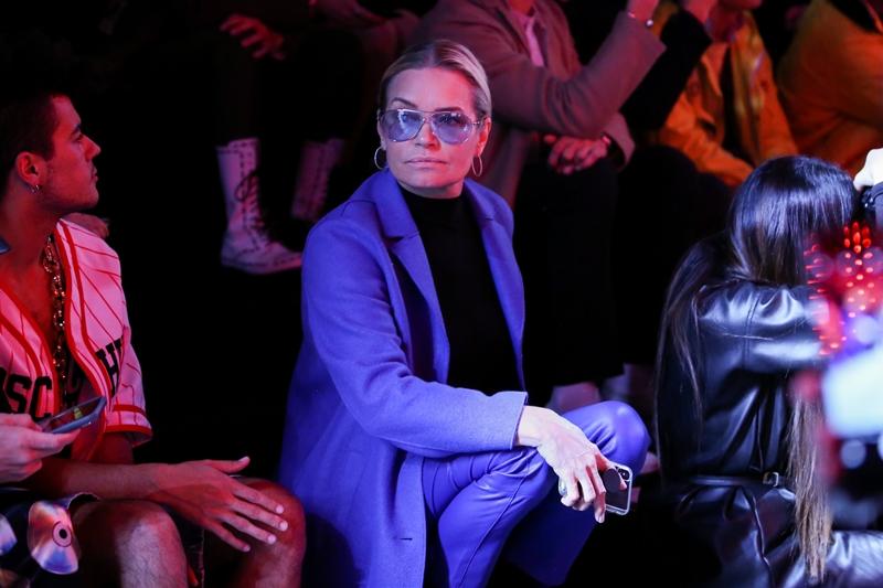 Yolanda Hadid trên hàng ghế đầu ủng hộ màn trình diễn của các con.