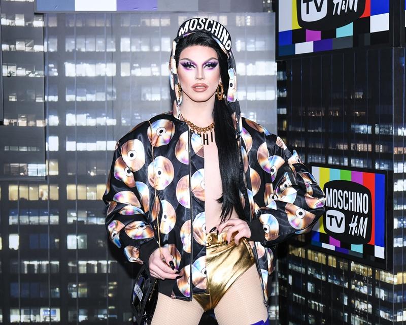 Drag queen đình đám trên thế giới - Aquaria cũng là một trong những nhân vật gây nhiều sự chú ý khi góp mặt trong bộ ảnh quảng bá BST mới của 2 ông lớn Moschino và H&M lần này.