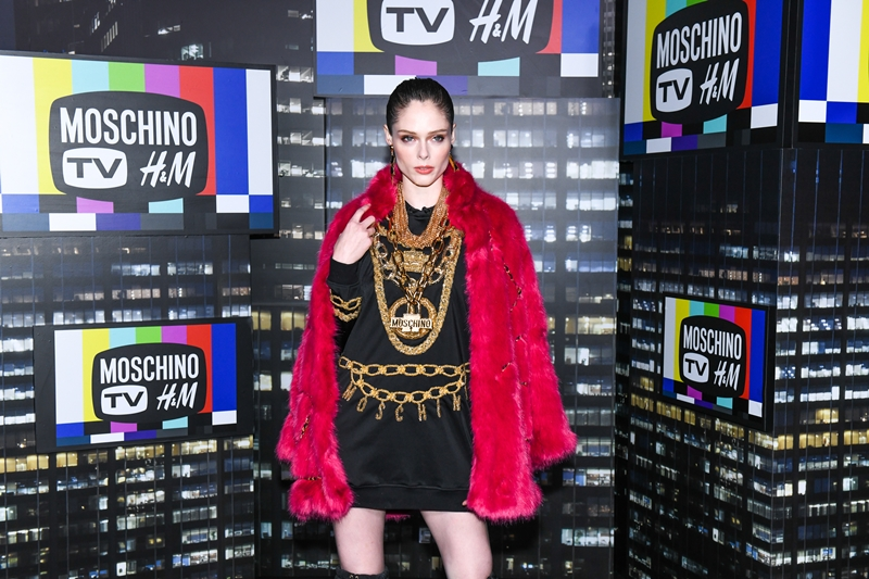 """""""Nữ hoàng tạo dáng"""" Coco Rocha lộng lẫy trên thảm đỏ với áo khoác lông tông màu hồng fuchsia."""