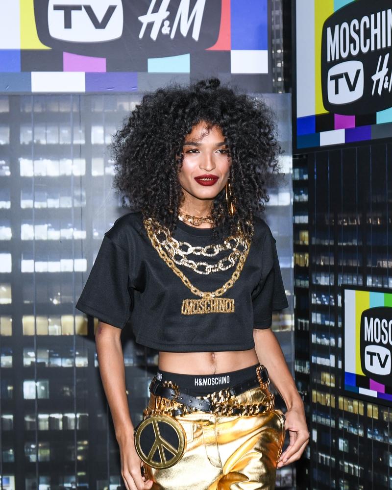 Diễn viên Indya Moore xuất hiện với mái tóc xoăn bồng bềnh, áo croptop đen cá tính cùng quần bó sát ánh kim vô cùng bắt mắt.