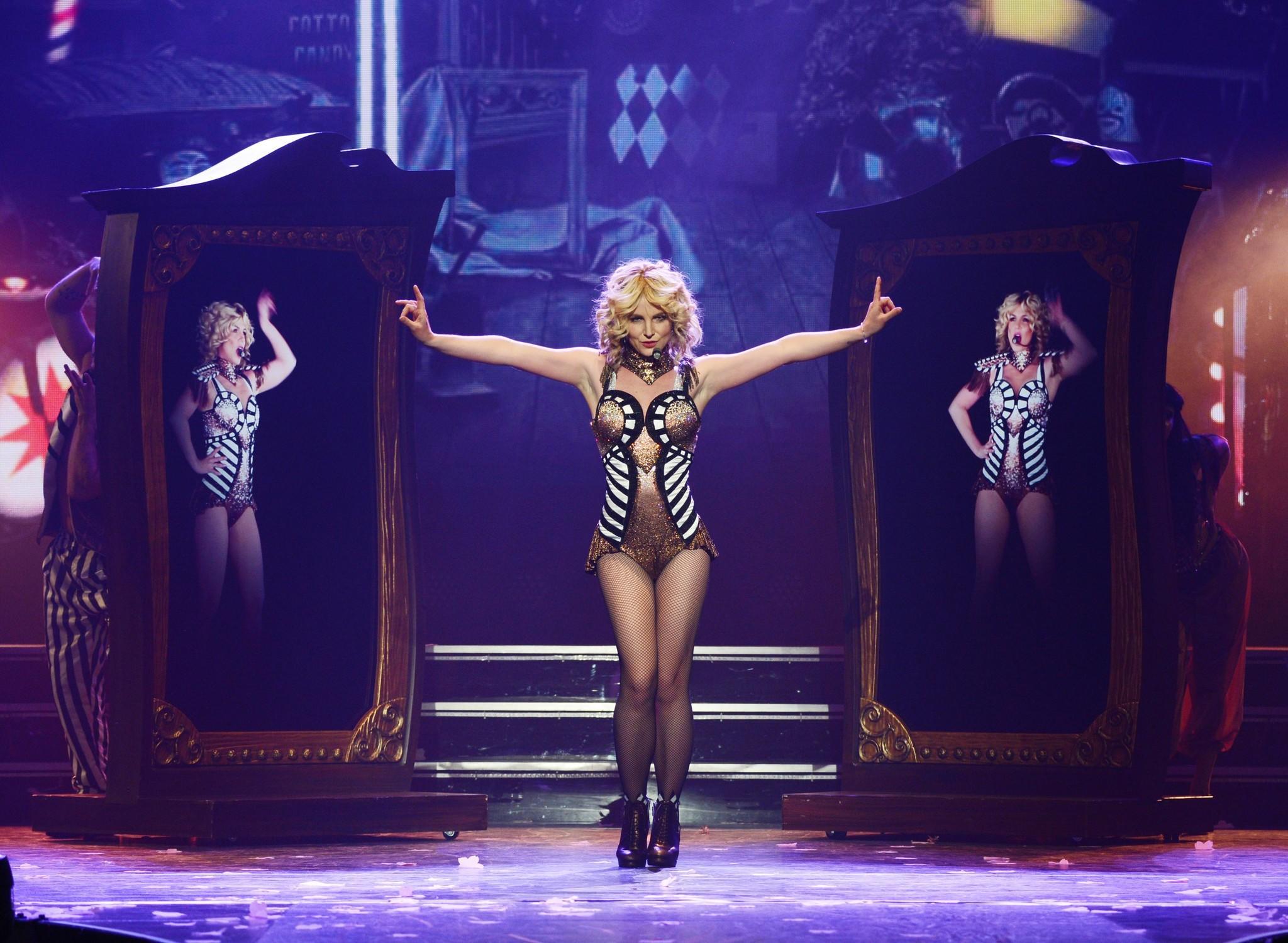 The X Factor phiên bản Mỹ cùng với Antonio Reid, Demi Lovato và Simon Cowell.