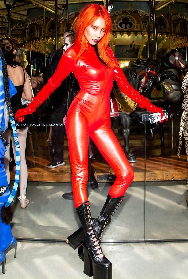 Chân dài xứ Kim Chi - Park Soojoo hóa thân thành ngọn lửa màu đỏ rực với bộ đồ bó sát như thiêu đốt mọi ánh nhìn.