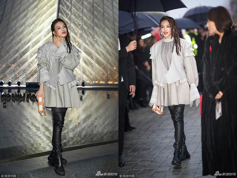 """Không gợi cảm như thường lệ, nữ diễn viên Thư Kỳ lại chọn kiểu trang phục lạ mắt và layout tóc cực """"chất"""" khi tham dự show diễn của Louis Vuitton."""