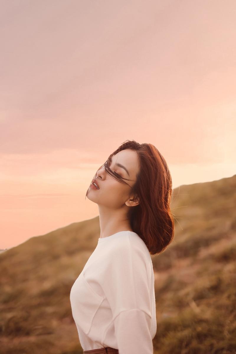 Trong bộ ảnh, nữ ca sĩ bâng khuâng và trầm buồn giữa sắc hoàng hôn của trời và biển. Nét nhẹ nhàng và mơ màng cùng trong tone màu gỗ khiến Ái Phương thêm phần quyến rũ.