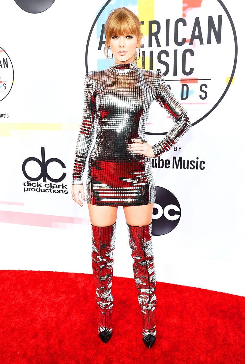 """Taylor Swift """"tái xuất"""" thảm đỏ AMAs 2018 trong bộ trang phục lấp lánh ánh kim từ nhà mốt Balmain."""