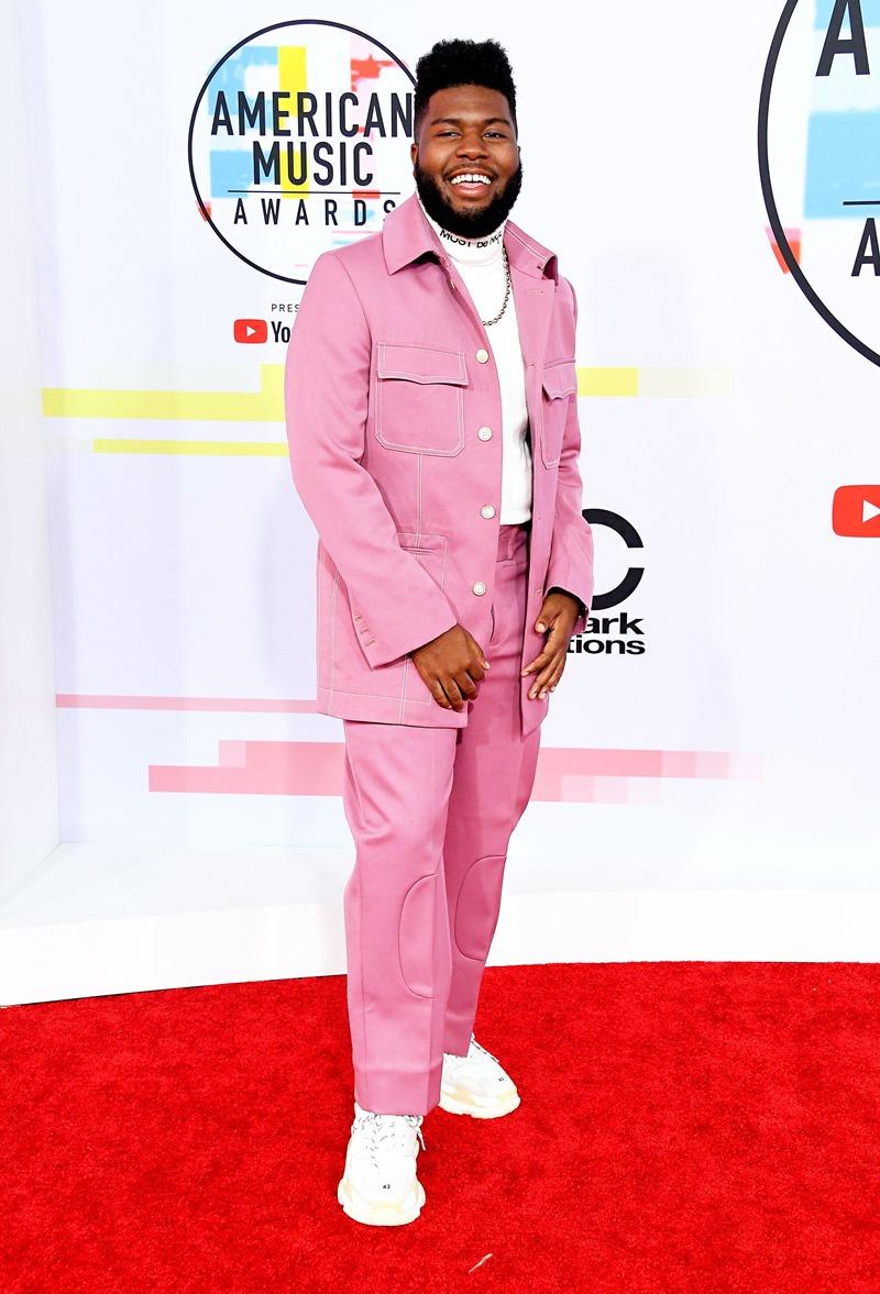 Tông màu hồng trẻ trung, bắt mắt cũng được một số nghệ sĩ lựa chọn khi xuất hiện tại AMAs 2018. Ca sĩ Khalid nổi bật trong trang phục màu hồng chủ đạo.