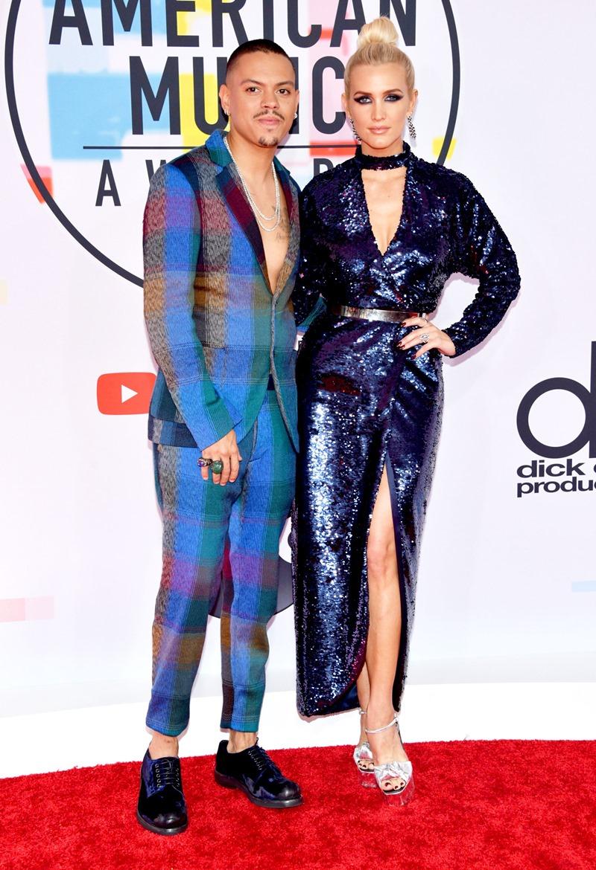 Ashley Simpson Ross (phải) và chồng Evan Ross cùng chọn tông màu xanh dương cho trang phục.